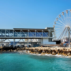 LIMASSOL, CYPRUS – FEBRUARY 17, 2020: Pier One cafe and Ferris ring located near the coastline - Starpik Stock