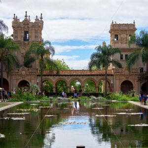 SAN DIEGO, USA – SEPTEMBER 28, 2019: Lily Pond in Balboa Park with lots of tourists - Starpik Stock