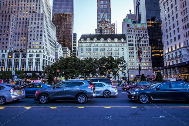 NEW YORK, USA – SEPTEMBER 19, 2019: A busy street with multiple cars, buildings on the background. Vibrant colors - Starpik Stock