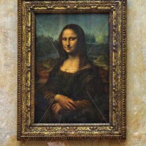PARIS, FRANCE – SEPTEMBER 11, 2015: Mona lisa by leondardo da vinci painting on wall in Louvre museum - Starpik Stock