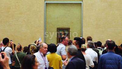 VIDEO – PARIS, FRANCE – OCTOBER 04, 2018: Visitors at Louvre museum Mona Lisa art galleries, stock video Stock Video